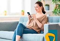 Mulher sentada usando o celular